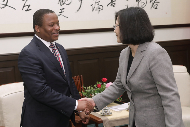 President Tsai shakes hands with Swaziland Minister of Foreign Affairs and International Cooperation Mgwagwa Gamedze.