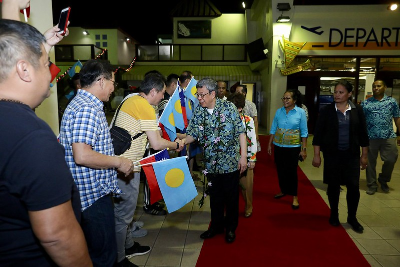 Vice President Chen arrives in Palau and shakes hands with Taiwanese expatriates.
