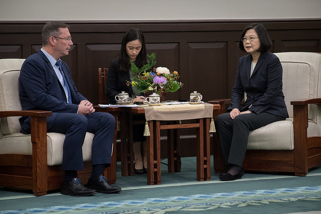 President Tsai exchanges views with MP Peter Luykx, Co-Chair of the Belgium-Taiwan Friendship Group.