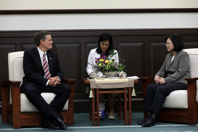 President Tsai exchanges views with US Senator Steve Daines.