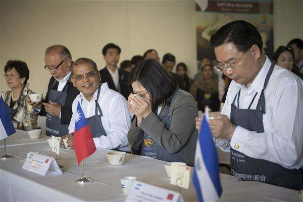 President Tsai tours the Santa Adelaida coffee cooperative in El Salvador and tries her skill at cupping.