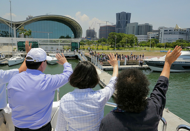 President Tsai and Paraguayan President Cartes wave to the crowd at the Horizon City Marina in southern Taiwan's Kaohsiung City.