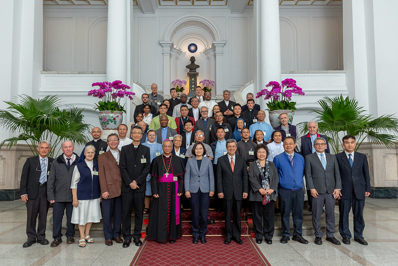 President Tsai takes a group photo with foreign clergy and representatives from Taiwan's Chinese Regional Bishops' Conference.