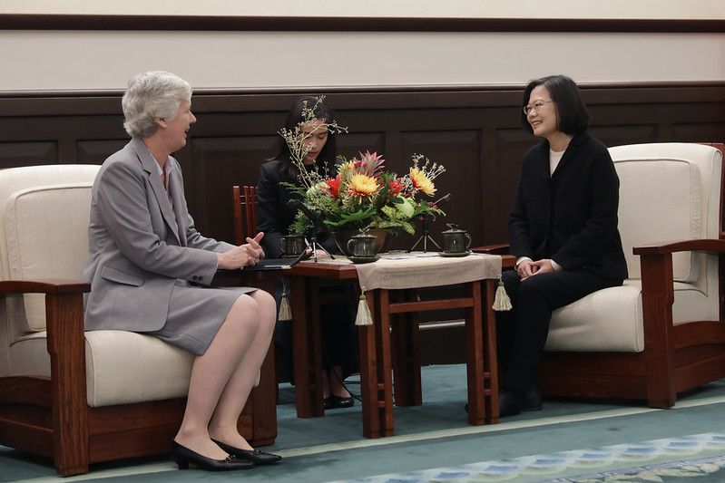 President Tsai exchanges views with British Office Taipei Representative Catherine Nettleton.