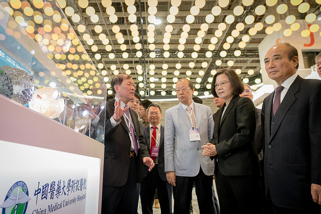 President Tsai visits booths of the 2018 Taiwan Healthcare+ Expo.