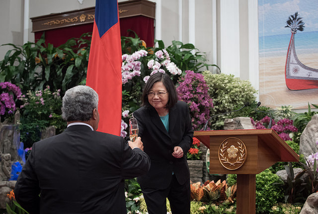 President Tsai raises a toast to a lasting friendship between Taiwan and Tuvalu.