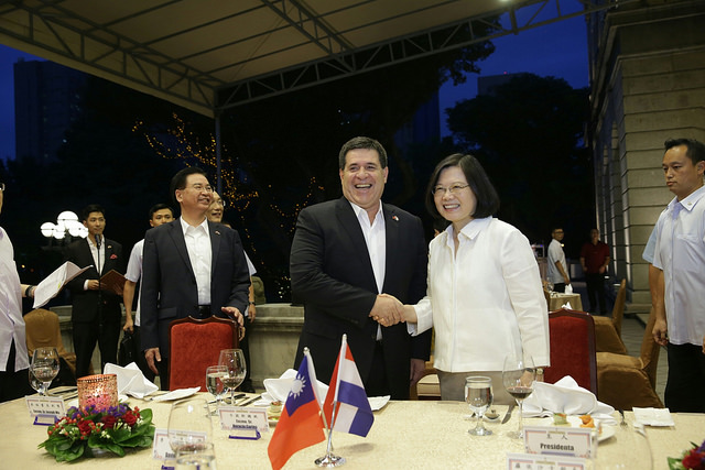 President Tsai shakes hands with Paraguayan President Horacio Cartes during a welcome banquet for him and his delegation.