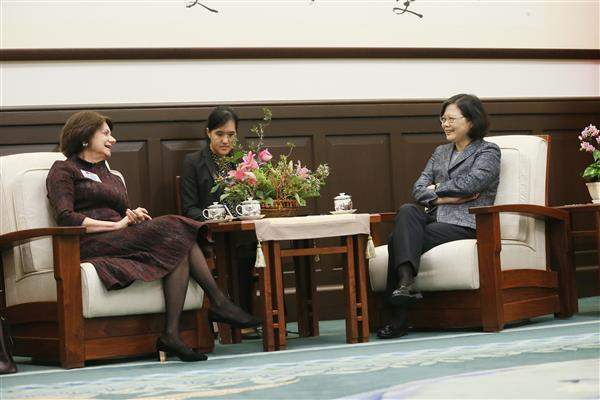 President Tsai exchanges views with Rosemary DiCarlo, President of the National Committee on American Foreign Policy.