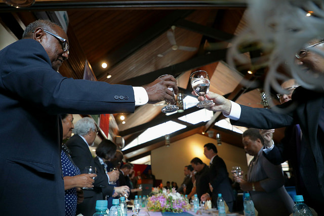 President Tsai and senior officilas from Solomon Islands raise a toast to the lasting friendship between Taiwan and the Solomon Islands.
