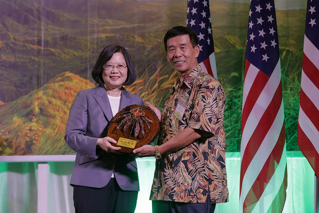 President Tsai receives a gift from an expatriate at a banquet in Guam.