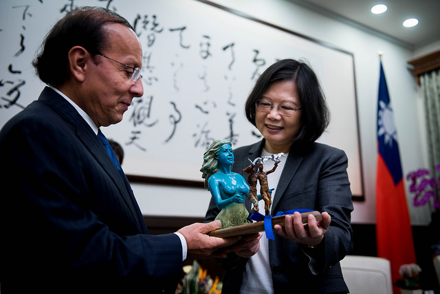 President Tsai receives a gift from Salvadoran Minister of Public Works Gerson Martinez.