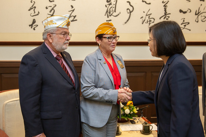 President Tsai meets with AMVETS National Commander Jan Brown and her husband.