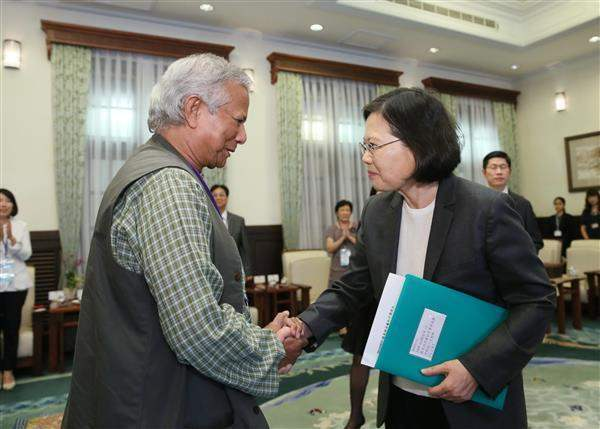 President Tsai shakes hands with Professor Muhammad Yunus, the 2006 Nobel Peace Prize winner.