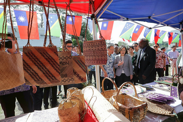 President Tsai visits various handicrafts booths at the site of the future Solomon Islands Crafts Market Centre.