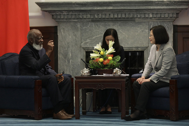 President Tsai exchanges views with Belize Minister of Foreign Affairs Wilfred Elrington.