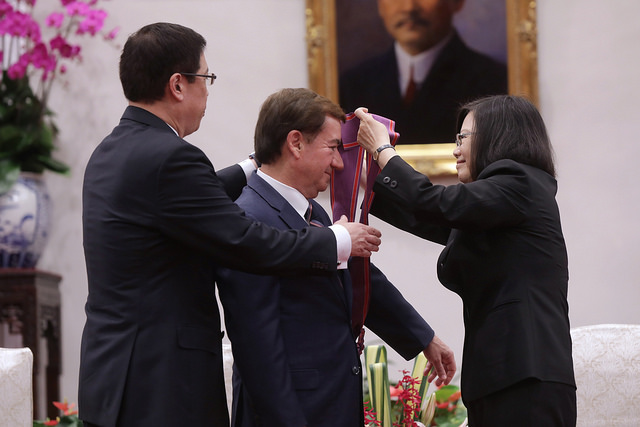 President Tsai confers a decoration on US House Committee on Foreign Affairs Chairman Ed Royce.
