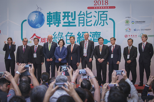 President Tsai poses for a photo with participants attending the International New Energy Forum.