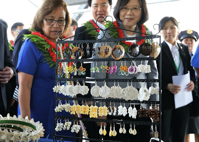 "President Tsai attends a ""One Island One Product"" handicrafts exhibit together with Marshall Islands President Hilda C. Heine."