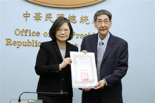 President Tsai personally presents the letter of appointment for committee members to Professor Mab Huang of the Soochow University.