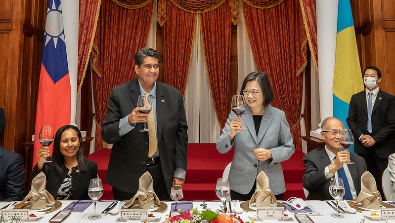 President Tsai invites those present to join her in a toast to her guests.