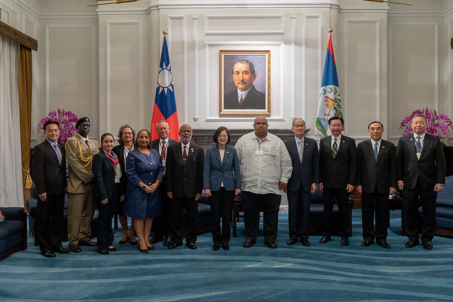 President Tsai poses for a photo with a delegation led by Governor-General of Belize Sir Colville Young.