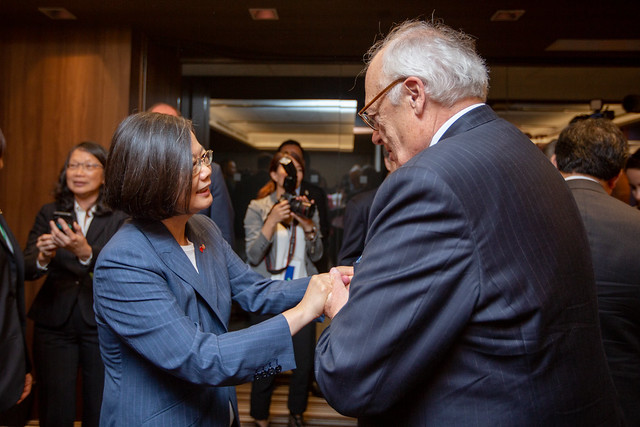 President Tsai shakes hands with the reception attendees.