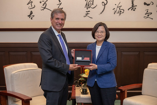 President Tsai presents US Deputy Assistant Secretary of State Scott Busby with a gift.