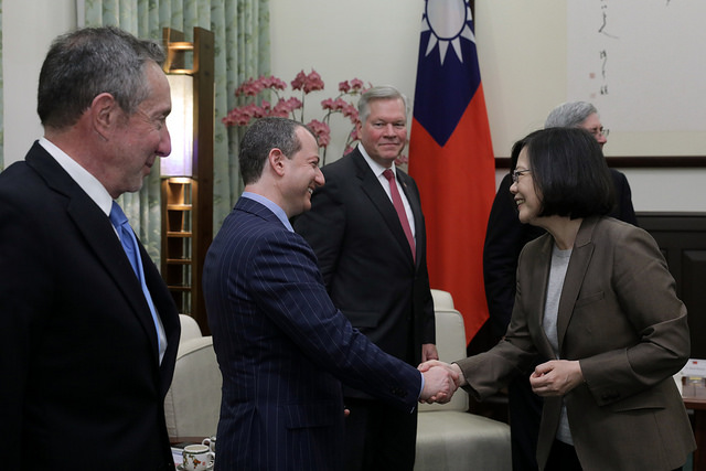 President Tsai shakes hands with the delegation members of the US-based Hudson Institute.