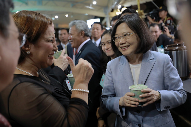 President Tsai, Vice President Chen, and other guests try some bubble tea at the ROC 2017 National Day Reception.