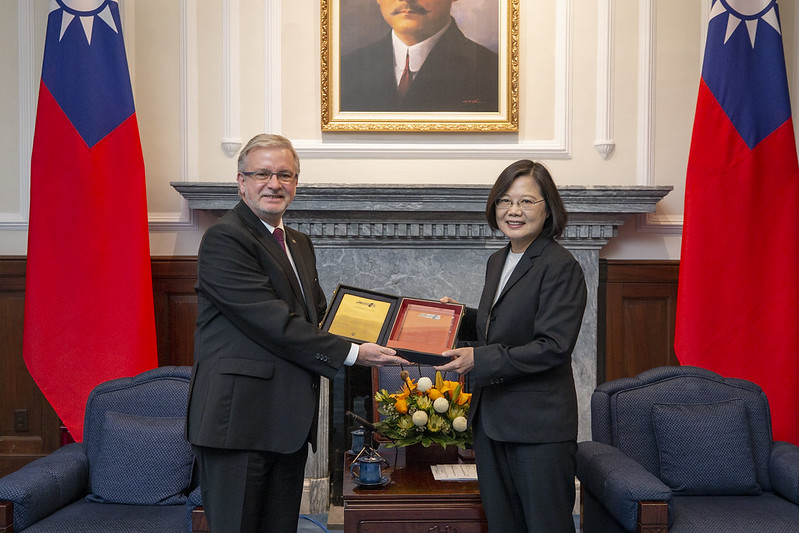 Chair Gahler presents President Tsai with a plaque commemorating the establishment of the Formosa Club.