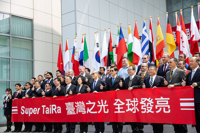 President Tsai Ing-wen poses for a photo with the distinguished guests in the Super TaiRa Forum.