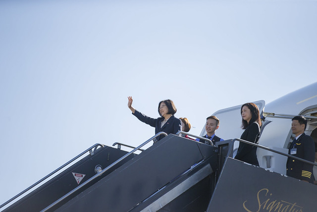 President Tsai waves her hand to the distinguished guests when she leaves Denver.