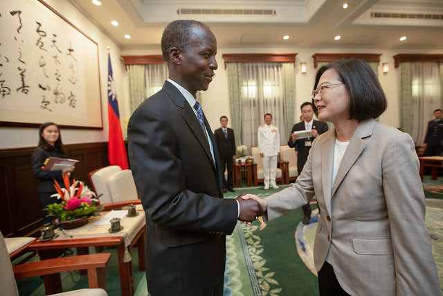 President Tsai shakes hands with US General Edward Rice, former Commander of the Air Education and Training Command.