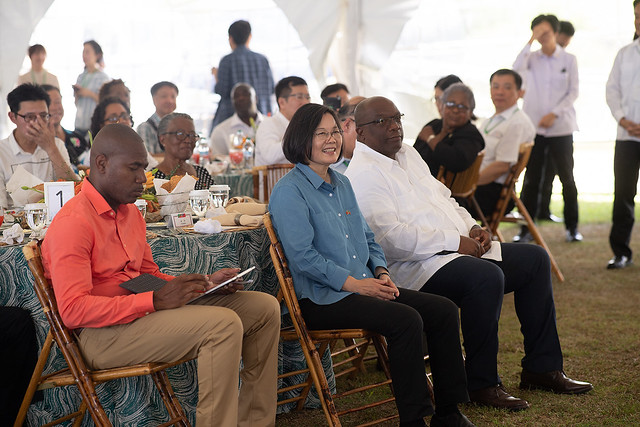 President Tsai hosts a luncheon in St. Kitts and Nevis for local political figures and Taiwan tourism industry mission.