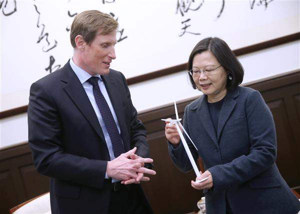 President Tsai exchanges gifts with Mr. Samuel Leupold, Executive Vice President for Wind Power of DONG Energy based on Denmark.