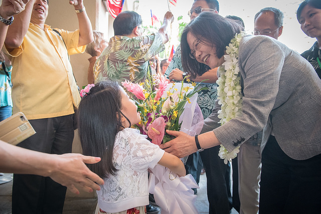 President Tsai receives flowers from a little girl in Guam.