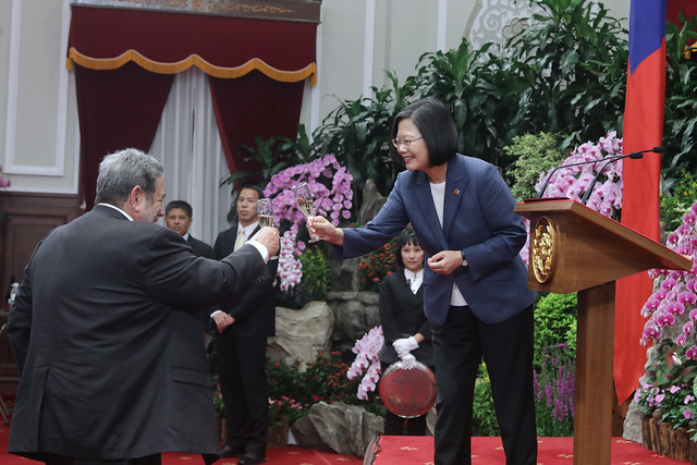 President Tsai and Saint Vincent and the Grenadines Prime Minister Ralph Gonsalves toast each other.