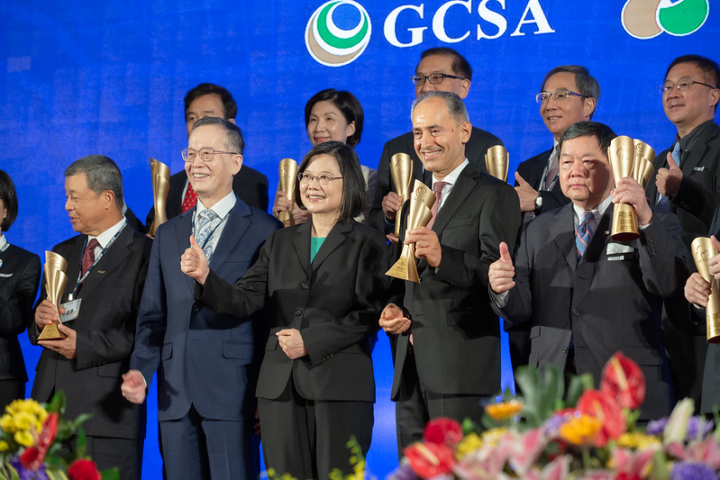 President Tsai poses for a photo with the representatives from award-winning enterprises.