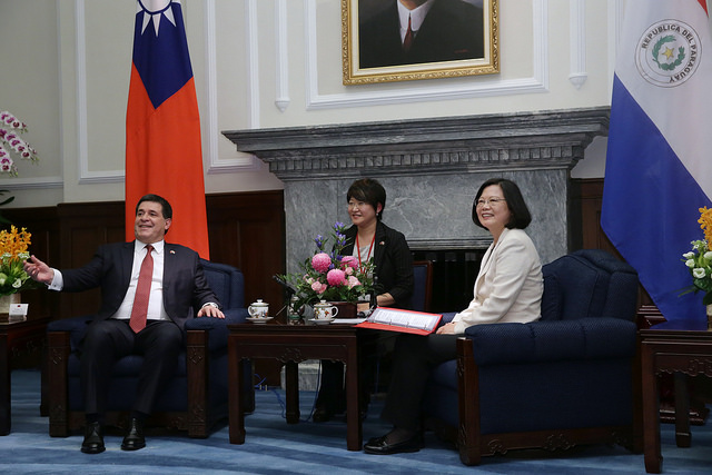 President Tsai meets Paraguayan President Cartes at the Presidential Office Building.