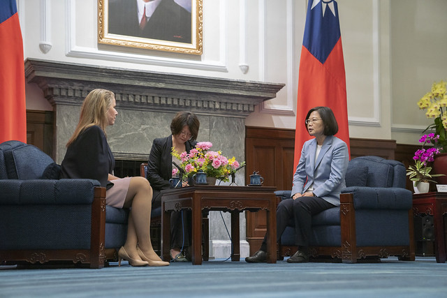 President Tsai meets with Paraguayan Minister of Industry and Commerce Liz Cramer.