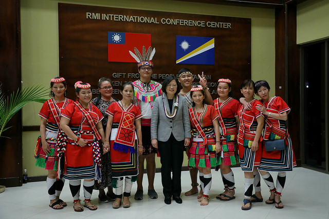 President Tsai poses for a photo with performers at a banquet of thanking Marshallese president and people.