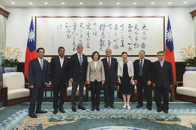 President Tsai poses a group photo with Confederation of Asia-Pacific Chambers of Commerce and Industry President Inaishvili and Vice President Modi.