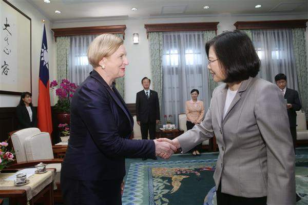 President Tsai shakes hands with MEP Anna Fotyga, Chair of the Subcommittee on Security and Defence of the Committee on Foreign Affairs of the European Parliament.