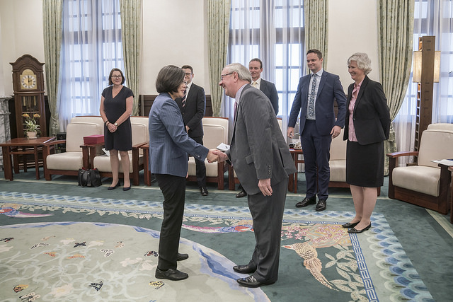 President Tsai shakes hands with UK Trade Envoy to Taiwan Lord Faulkner of Worcester.