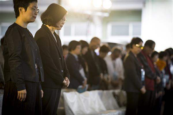 President Tsai joins those in attendance in observing a moment of silence for all victims of political oppression.