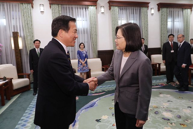 President Tsai shakes hands with Japanese House of Representatives Member Akihisa Nagashima, former Senior Vice Minister of Defense.