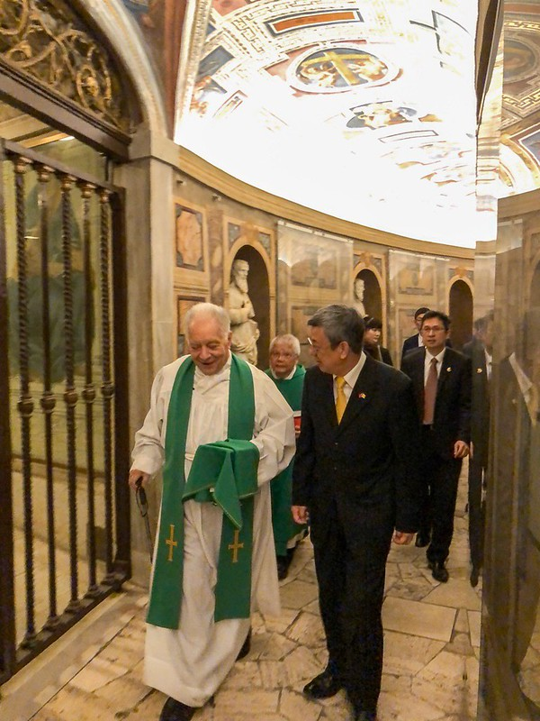 Vice President Chen visits the Chapel of St. Peter, located beside St. Peter's Basilica.