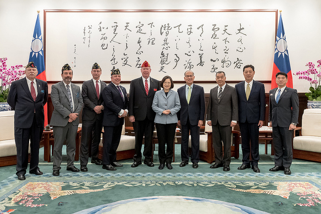 President Tsai poses for a photo with a delegation led by American Legion National Commander Brett P. Reistad.
