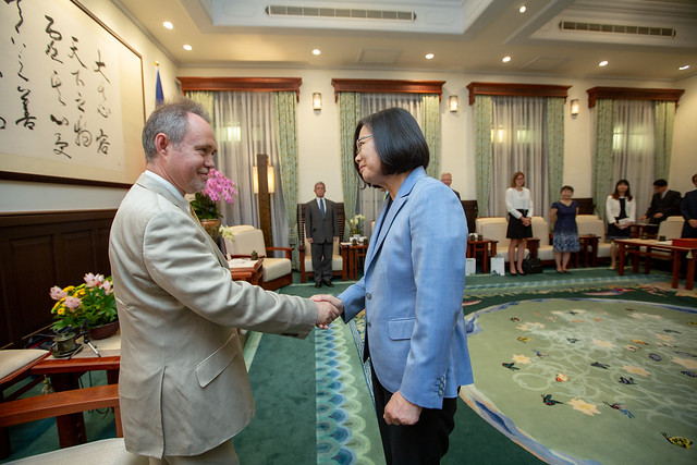 President Tsai shakes hands with Lord Truscott.
