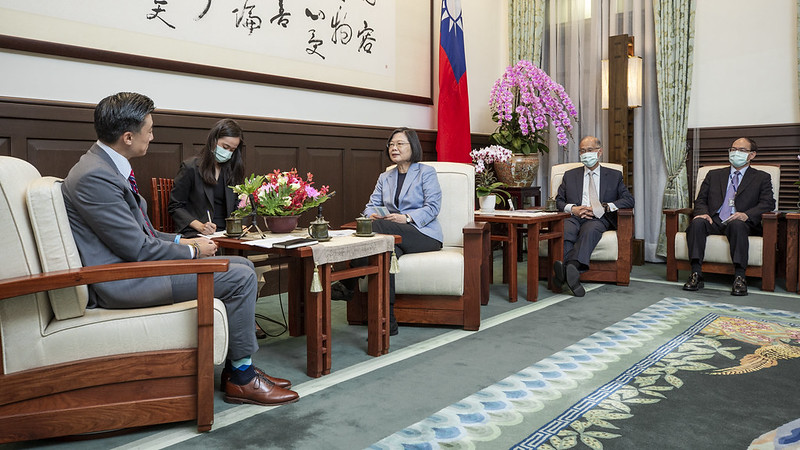 President Tsai exchanges views with AmCham Taipei Chairman C.W. Chin.